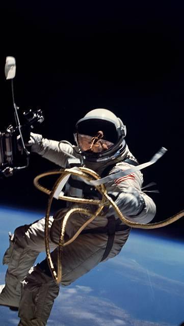 宇宙遊泳する宇宙飛行士の壁紙