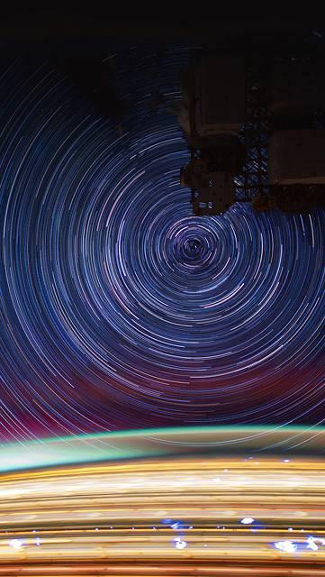 人工衛星と星空の綺麗な写真
