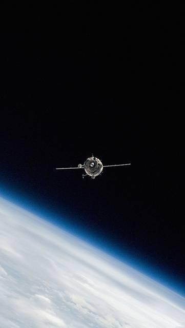 宇宙を進む人工衛星の画像