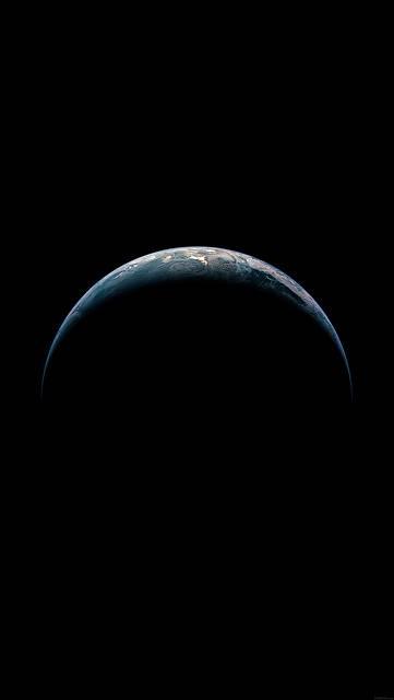 暗闇に浮かび上がる地球