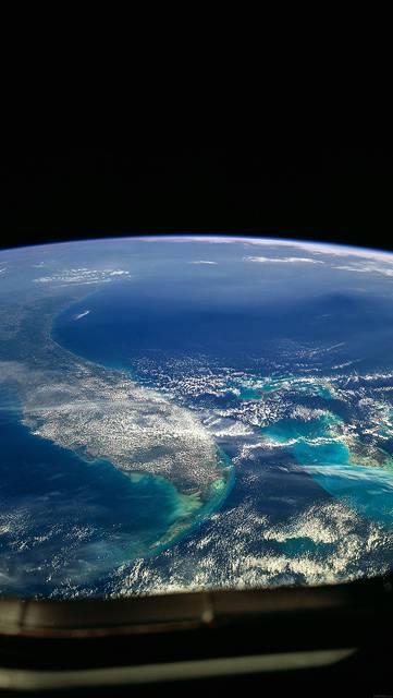 宇宙船の窓から見た地球