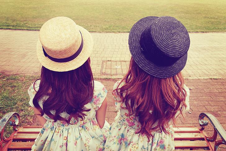ベンチに座る双子の女の子