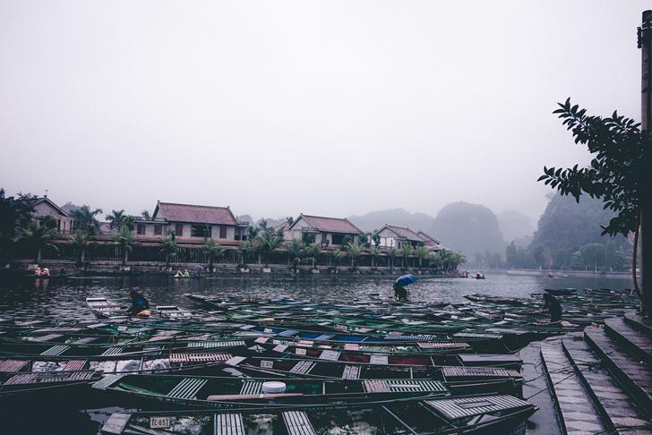 川に停留するたくさんの船